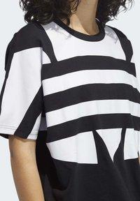 adidas Originals - LARGE LOGO T-SHIRT - Print T-shirt - black - 5