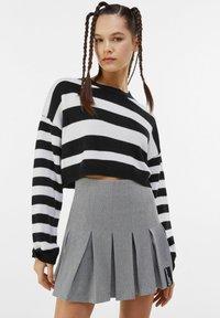 Bershka - MIT KELLERFALTEN - Pleated skirt - light grey - 0