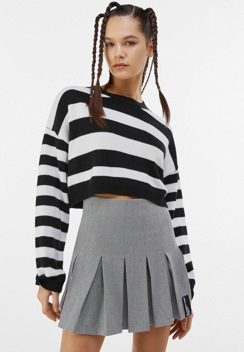 Bershka - MIT KELLERFALTEN - Pleated skirt - light grey