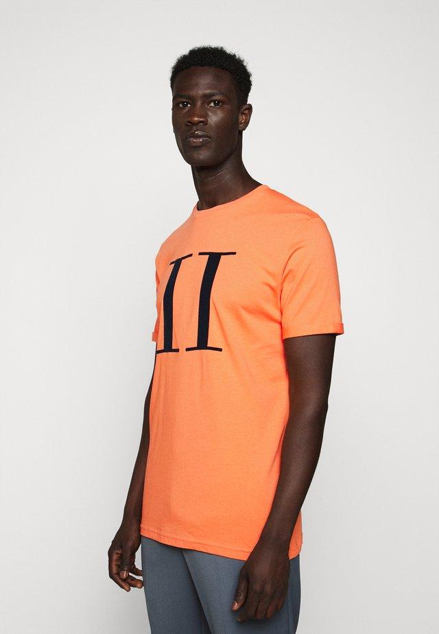 ENCORE  - Camiseta estampada - dark papaya/dark navy