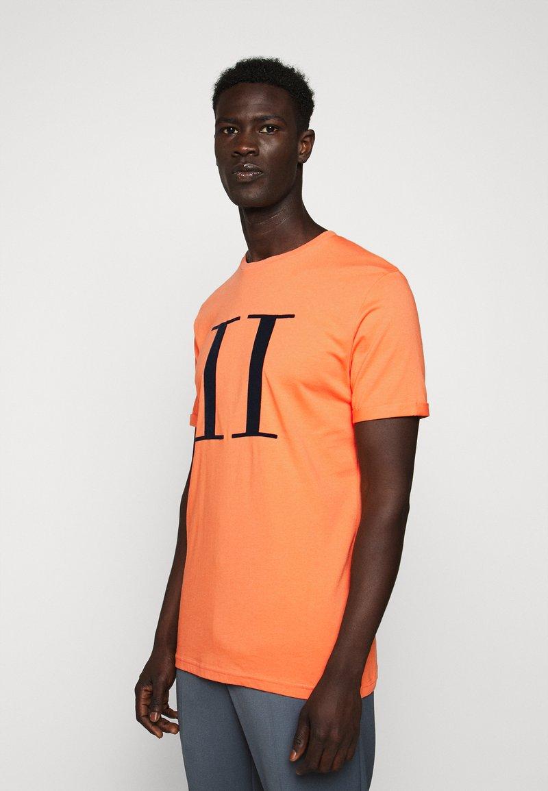 Les Deux - ENCORE  - Print T-shirt - dark papaya/dark navy