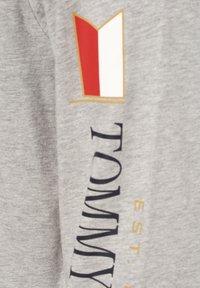 Tommy Hilfiger - MIRRORED FLAGS LONG SLEEVE - Long sleeved top - grau - 2