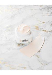 L'Oréal Paris - AGE PERFECT ANTI-AGING CREAM NIGHT - Anti-Aging - - - 1