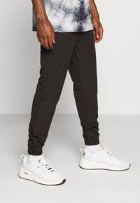 Jack & Jones - JJIGORDON JJTECHNICAL PANT - Spodnie treningowe - black - 0