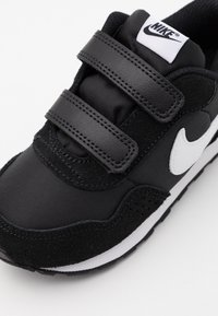 Nike Sportswear - MD VALIANT UNISEX - Trainers - black/white - 5
