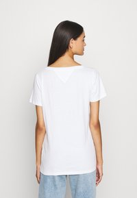 Tommy Jeans - CHEST SIGN OFF V NECK TEE - T-shirt basique - white - 2