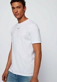 BOSS - TLOVE  - Print T-shirt - white - 3