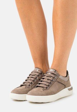 DALYLA - Sneakers laag - dark beige