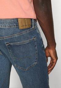 American Eagle - ATHLETIC DARK WASH - Straight leg jeans - blue denim - 5