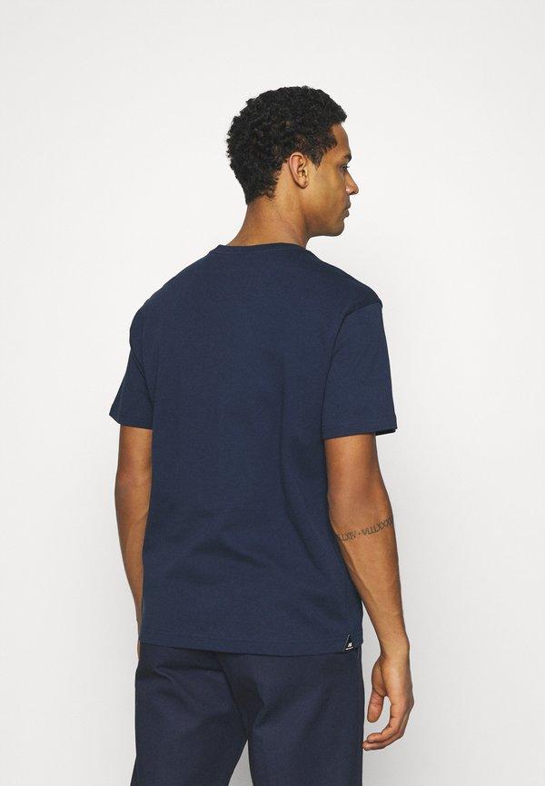 New Balance ATHLETICS SELECT PODIUM - T-shirt z nadrukiem - dark blue/granatowy Odzież Męska DKMF