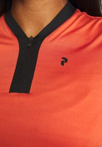 Peak Performance - WTURFZIPSS - Triko s potiskem - clay red - 6