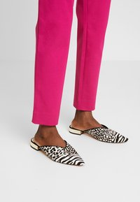Banana Republic - SLOAN SOLIDS - Chino - fuschia - 4