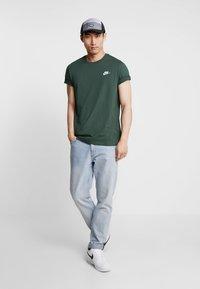Nike Sportswear - CLUB TEE - T-shirt - bas - galactic jade/white - 1