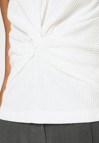 Club Monaco - SLVLESS TWIST FRONT KNIT - Basic T-shirt - white - 5