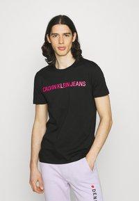 Calvin Klein Jeans - INSTITUTIONAL LOGO SLIM TEE - Print T-shirt - black - 0