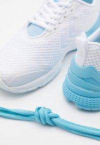 Hummel - AEROCHARGE FUSION - Zapatillas de balonmano - sky blue - 5