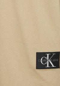Calvin Klein Jeans - BADGE TURN UP SLEEVE - T-shirt basic - grey - 2