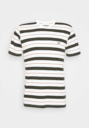 STRIPE TEE - T-shirt z nadrukiem - serpico green