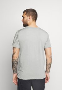 Nike Performance - BURNOUT - T-shirt z nadrukiem - particle grey/black - 2