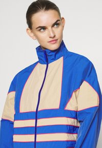 adidas Originals - ADICOLOR SPORTS INSPIRED LOOSE TRACK - Chaqueta de entrenamiento - team royal blue/trace khaki/power pink - 3
