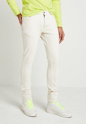 UNISEX LEWIS HAMILTON SLIM - Jeans slim fit - off white