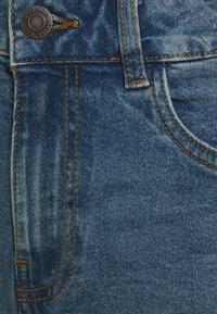 Noisy May Petite - NMKATY SLIM MOM - Shorts di jeans - medium blue denim - 2