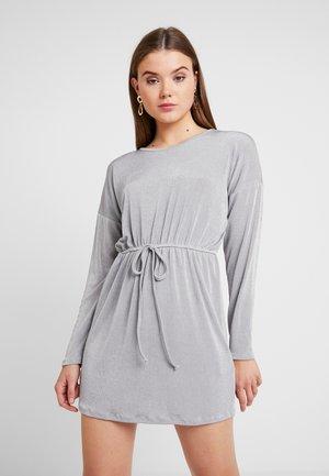 SLINKY TIE WAIST LONG SLEEVED MINI DRESS - Žerzejové šaty - grey