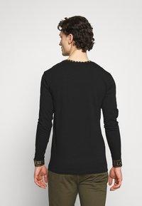 Volé la lumière - GOLD PYRAMID STUD LONG SLEEVE TSHIRT  - T-shirt print - white - 2