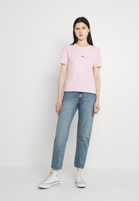 Tommy Jeans - LINEAR LOGO TEE - T-shirts med print - romantic pink - 1