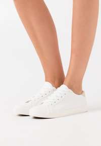 Rubi Shoes by Cotton On - ALLY RISE - Matalavartiset tennarit - white/gold - 0