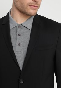 Calvin Klein Tailored - WOOL NATURAL STRETCH FITTED SUIT - Suit - perfect black - 6