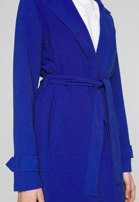 ONLY Tall - ONLUNNA DRAPY COAT TALL  - Kåpe / frakk - mazarine blue - 5