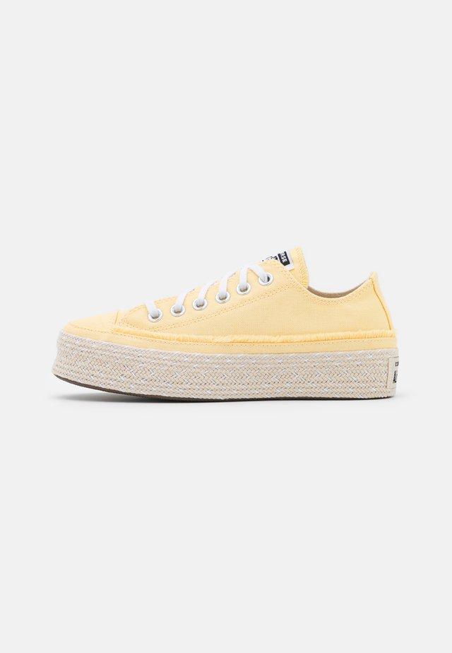 CHUCK TAYLOR ALL STAR PLATFORM - Sneakers laag - banana cake/white/natural ivory
