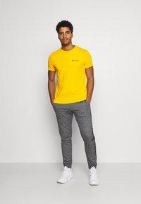 Champion - CREWNECK - T-shirts basic - yellow - 1