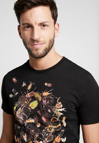 Pier One - TEE SKULL INSECTS - Print T-shirt - black - 4