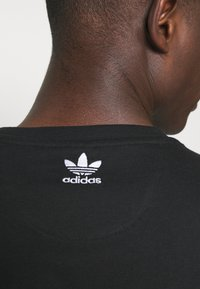 adidas Originals - TEE UNISEX - T-shirts print - black/white - 3