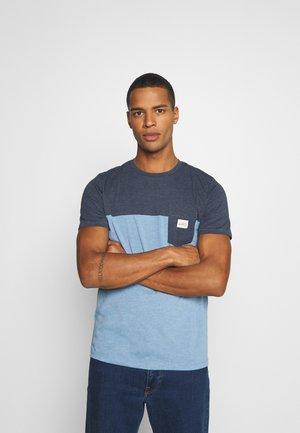 JORMELANGE - Print T-shirt - blue heaven melange