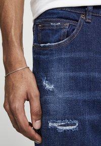 PULL&BEAR - MIT ZIERRISSEN - Jeans Tapered Fit - dark-blue denim - 4