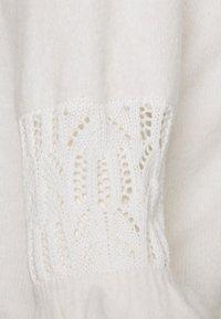 Forever New Petite - CASEY POINTELLE YOKE TEE - T-shirt z nadrukiem - porcelain - 2
