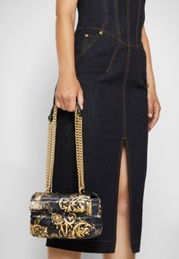Versace Jeans Couture - QUILTED CROSSBODY - Skulderveske - nero/oro - 3