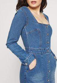 Missguided Petite - LONG SLEEVE SQUARE NECK STRETCH DRESS MID WASH - Sukienka jeansowa - blue - 4