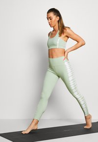 South Beach - SEAMLESS SMOKEY - Legging - green/white - 1