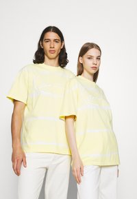 Karl Kani - SIGNATURE TIE DYE TEE UNISEX - T-shirt imprimé - light yellow - 0