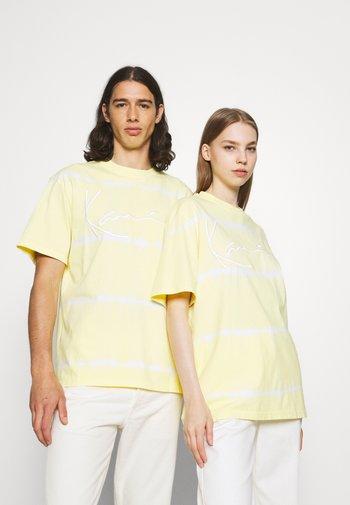 SIGNATURE TIE DYE TEE UNISEX - Printtipaita - light yellow