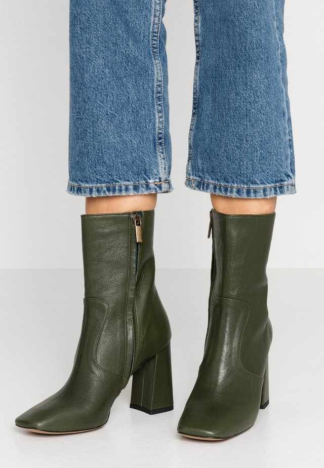 High heeled ankle boots - capra verde