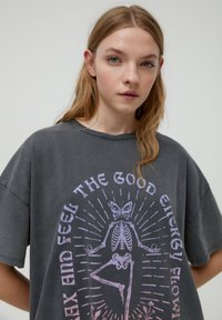 PULL&BEAR - MIT YOGA-SKELETT - Print T-shirt - grey - 3