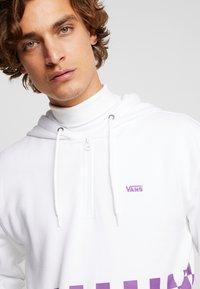 Vans - VERSA HOODIE - Bluza z kapturem - white/dewberry - 4