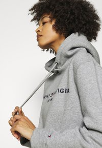 Tommy Hilfiger - REGULAR HOODIE - Sweatshirt - light grey heather - 3