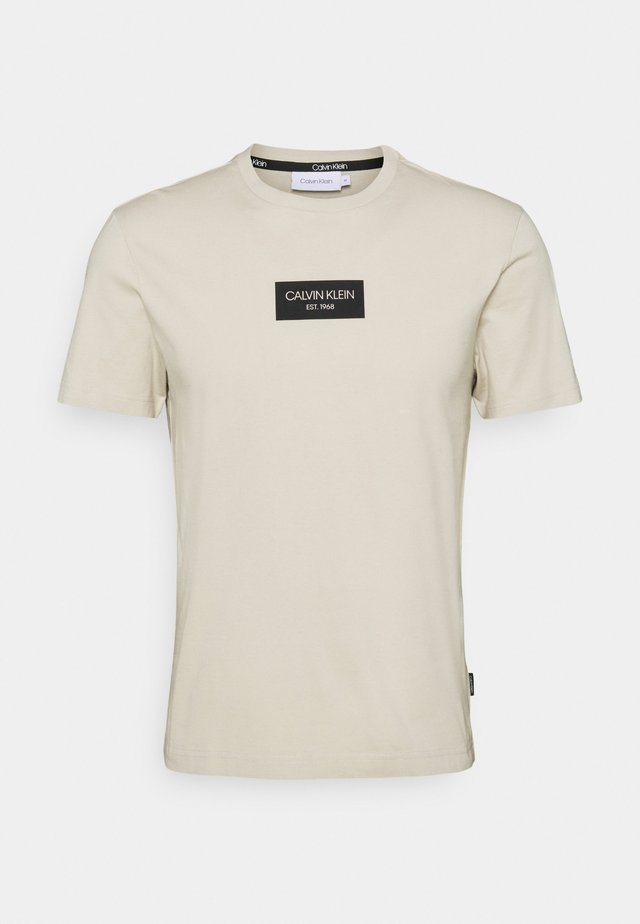 CHEST BOX LOGO - Print T-shirt - beige