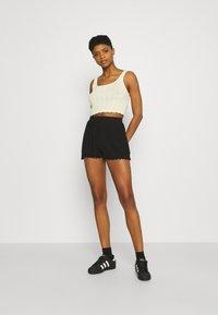 Even&Odd - Lettuce Hem Shorts - Shorts - black - 1
